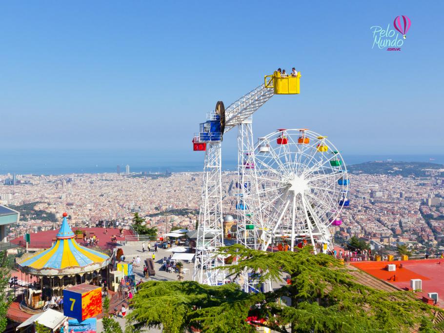 Vista do Parc Tibidabo em Barcelona com crianças