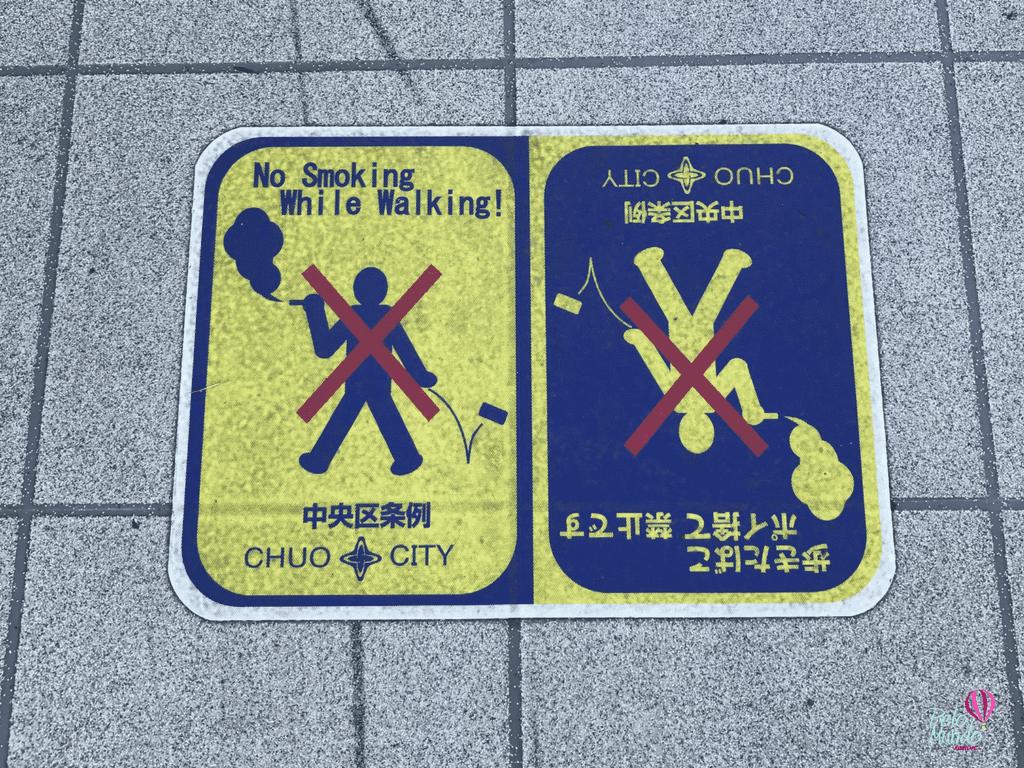 placas de não fumas nas ruas de Tóquio
